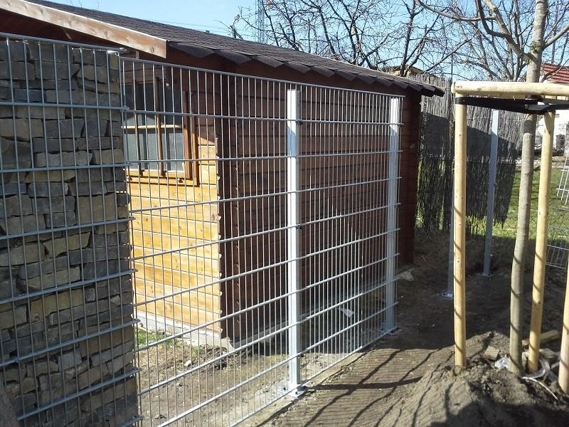 Samostatný plotový díl, v. 1,6m, d. 2,5 m, oko 5x20 cm + komponenty 1xsloupek v. 2,3 m