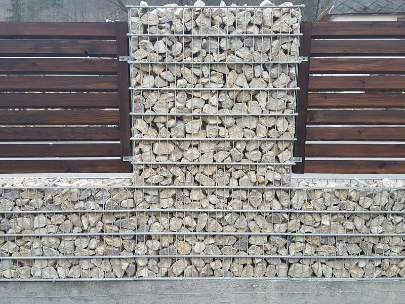 Gabionový plot - v. 1,4 m, d. 2,5 m, š. 20-40 cm, oko 5x20cm, sloupek 2x1,8 m + komponenty
