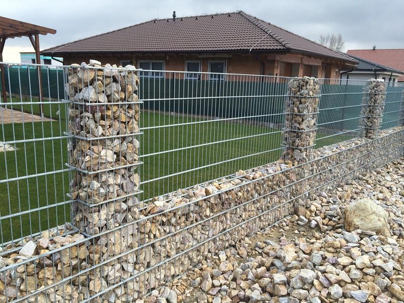 Gabionový plot - v. 0,8 m, d. 2,5m, š. 20-40 cm, oko 5x20 cm, sloupek 2x1,2m + komponenty