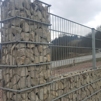 Samostatný plotový díl, v. 1,8m, d. 2,5 m, oko 5x20 cm + komponenty 1xsloupek v. 2,5 m