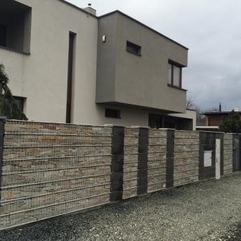Gabionový plot - v. 1,6 m, d. 2,5 m, š. 20-40 cm, oko 5x20cm, sloupek 2x2 m + komponenty