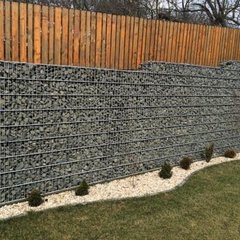 Gabionový plot - v. 2,4 m, d. 2 m, š. 20-40 cm, oko 5x20cm, sloupek 2x2,8 m + komponenty