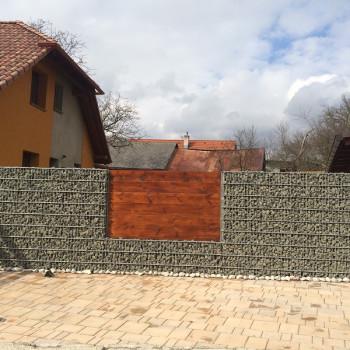Gabionový plot - v. 2 m, d. 2,5 m, š. 20-40 cm, oko 5x20cm, sloupek 2x2,4 m + komponenty